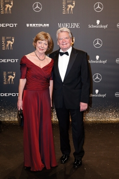 BERLIN, GERMANY - NOVEMBER 16: Joachim Gauck and Daniela Schadt arrive at the Bambi Awards 2017 at Stage Theater on November 16, 2017 in Berlin, Germany. (Photo by Isa Foltin/Getty Images for Kryolan) *** Local Caption *** Joachim Gauck;Daniela Schadt
